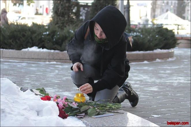 Minsk residents paying tribute to victims of Charlie Hebdo massacre in Paris