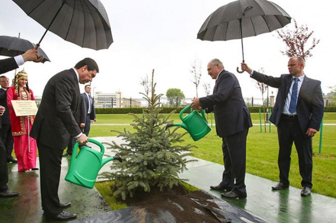 Lukashenka and Berdimuhamedov water trees in the rain (Photo)