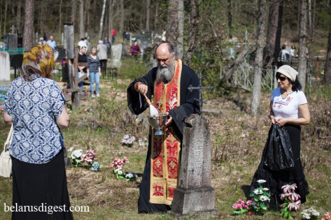 Belarusians visit the dead on Radaunitsa