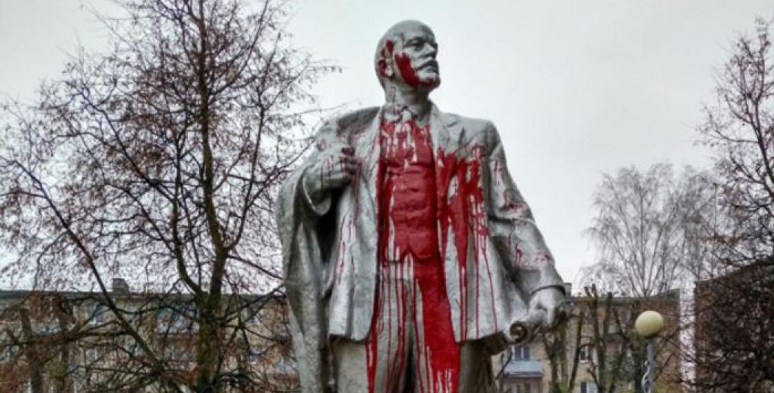 Red paint splashed on Lenin monument in Lida
